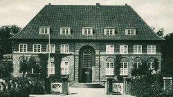 """Weil Rendsburg genügend Platz bot, wurde es Heimat für den 1912 gegründeten """"Schleswig-Holteinischen Elektrizitätsverband"""". Der Architekt Fritz Höger, berühmt vor allem durch das Chilehaus in Hamburg, baute 1919 bis 1920 das Verwaltungsgebäude. Heute beherbergt es das Elektro-Museum der Schleswag"""