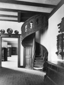 Anbau war nach 1911 Platz um komplette Interieurs wie diese Kieler Renaissance-Treppe zu zeigen