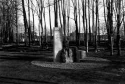 Mit diesem Gedenkstein wird heute an die Opfer des AEL Nordmark erinnert