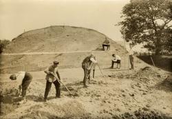 Archäologie 1934: Aufnahme eines Schnittes durch den Ringwall von Haithabu