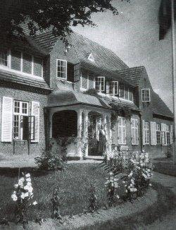 """Die Deutsche Volksschule für Mädchen in Tingleff. Die Schulen hatten eine zentrale Bedeutung für die deutsche Volksgruppe. Seit 1951 ist die ehemalige Volksschule die """"Deutsche Nachschule""""."""