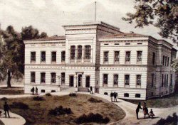 1876 entstand im Schloßgarten das neue Gebäude der Universität, das die Architekten Gropius und Schmieden planten. Schon 1902 mußte es erweitert werden.
