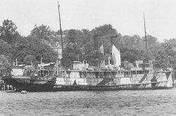 """Herbst 1945 nimmt die CAU ihren Lehrbetrtieb wieder auf. Bis zu vier ehemalige Passagierschiffe liegen vor der """"Seeburg"""" an der Förde und werden als Räume für Vorlesungen und Seminare genutzt."""