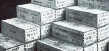 Bereit zum Versand in die ganze Welt: Dynamit und andere Produkte der Fabrik in Krümmel (Aufnahme um 1920)