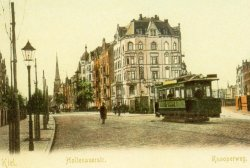 """Die """"Elektrische"""" wurde zum Symbol der neuen Zeit. Der Strom eroberte zuerst die Städte. Die Postkarte vom Beginn des 20. Jahrhunderts aus Kiel symbolisiert den Übergang: Gaslaternen beleuchten noch die Straßenbahn"""
