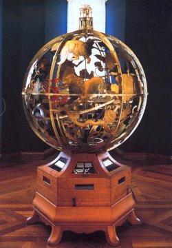 """Die """"Spharea Copernicana"""". Das mechamische Werk bildet in Inneren das Weltmodell des Kopernikus ab und ist außen mit Sternbildern besetzt. Gekrönt wird es von einer zylindrischen Anzeige von Sonnenauf- und untergang für das ganze Jahr. Es wurde under der Leitung des Hofgelehrten Adam Olearius 1656/57 von dem Mechaniker Andreas Bösch in Schleswig konstruiert"""