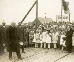 Reichpräsident Paul von Hindenburg wird auf dem Weg auf der Insel nach Westerland in Klanxbüll begrüßt