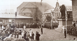 Amerikanische Soldaten übergeben am 20. Oktober 1945 den Idstedt Löwen beim Zeughausmuseum in Kopenhagen  offiziell an Konig Christian X.