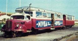"""Ein auf Schienen gesetzter Borgward Sattelschlepper als """"Straßenbahn"""": Der auch als """"Nivea-Express"""" bekannte Zug rollte auf Sylt bis 1970"""
