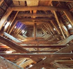 Blick in den Dachstuhl der Kirche St. Johannis von Bannesdorf auf Fehmarn. Nur mit Hilfe der Deutschen Stiftung Denkmalschutz konnte dieses Beispiel mittelalterliche Holzbaukunst erhalten werden