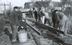 """""""Nu isser weg, man fehlt ihm doch!"""" ließen Flensburger Bürger auf eine Kranzschleife zum Ende ihrer Kreisbahn am 1.4.1953 drucken. Das Bild zeigt die Abbrucharbeiten der Schmalspurgleise im Frühjahr des gleichen Jahres."""