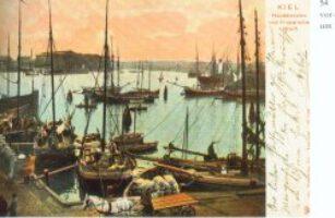 Postkarte aus Kiel um 1900. Küstenschiffe liegen vor der Einfahrt zum Bootshafen