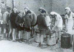 Schulspeisung in Kiel: Eine von den Briten angeordnete Notmaßnahme für Großstädte mit hohem Flüchtlingsanteil als sich Frühjahr 1946 die Hungersnot abzeichnete