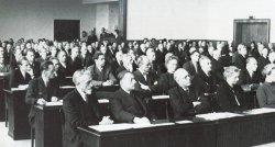Zwei Jahre nach der deutschen Kapitulation, am 8. Mai 1947, trat in der Pädagogischen Hochschule in Kiel der erste gewählte Landtag zusammen. Vorne links in der ersten Reihe Hermann Lüdemann