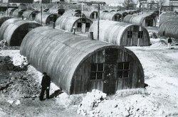 """Bis 1953 wohnten Flüchtlinge mitten in Kiel auf dem Professor-Peters-Platz in den so genannten """"Nissenhütten"""""""