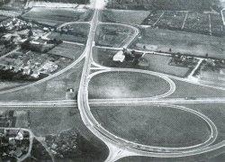 Anfang der 1960er Jahre hat das Autozeitalter endgültig begonnen: Es entstanden großzügige Straßenanlagen wie das Kreuz im Zuge der Rendsburger Ortsumgehung im Zuge der B 77 und E 3