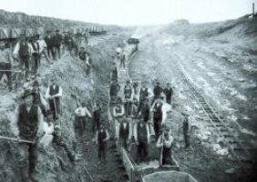Lorenbahnen ermöglichten das Mergeln im großen Umfang. Dabei wurden auch – wie auf dieser Aufnahme, die um 1907 in der Nähe des nordfriesischen Ladelund entstand – Arbeiter aus Polen und Galizien eingesetzt
