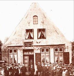 """1903 wurde in Garding eine Tafel enthüllt: """"In diesem Hause wurde am 18. November 1817 Professor Theodor Mommsen geboren"""""""