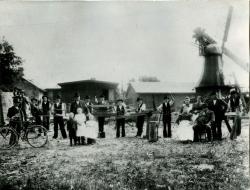 Der Hennstedter Mühlenbaubetrieb Peter Hinrich Suhr Anfang des 20. Jahrhunderts. Der Firmeninhaber auf dem Stuhl ganz rechts im Bild. Die in Dithmarschen ansässige Mühlenbauerdynastie Suhr arbeitete in ganz Schleswig-Holstein.