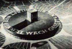 """Mit dem Nissenhaus setze sich der Stifter auch selber ein Denkmal. In der Rotunde stehen die Urnen des Stifterehepaars: """"Nie entschläft – wer einmal wach gelebt"""""""