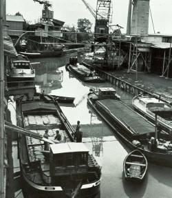 Reger Betrieb auf dem Kanal bei der Breitenburger Fabrik 1955
