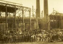 Gruppenbild der Erbauer: Einer der ersten Drehöfen ist fertiggestellt