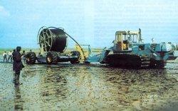 1976 wurden über fünf Kilometer Kunststoffleitung in den Wattboden eingepflügt, um die Hallig Gröde mit Trinkwasser zu versorgen