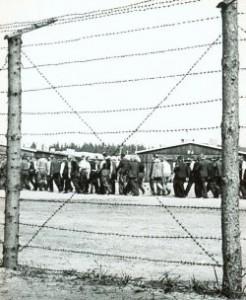 Blick durch den Zaun in das Lager Fårhus. Als Lager Fröslev von den Dänen für die Deutschen Besatzer gebaut in der Hoffnung, dadurch verhindern zu können, dass in Dänemark internierte Polizisten und andere Gefangene nach Deutschland verbracht wurden, diente es nach der Befreiung als Lager im Rahmen der Rechtsabrechnung und war fast ausschließlich mit Mitgliedern der deutschen Minderheit belegt