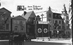 """Der Eutiner Marktplatz vor der letzten Reichstagswahl 1938: """"Dein Ja dem Führer am 10. April"""""""
