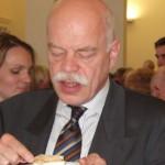 """Obwohl vom Beirat als """"dröög"""" kritisiert schmeckte der Kuchen Prof. Dr. Thomas Steensen vom Nordfriisk Instituut"""