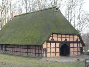 Ein Hallenhaus: ein großer Hof, doch leben Mensch und Vieh noch unter einem Dach