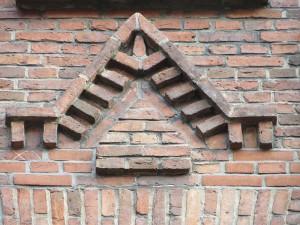 Baupflege: Liebevolles Backsteindetail aus dem Burghof in Flensburg