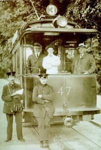 """Moderne Zeit um 1900: Stolz posiert das Personal des Triebwagen 47 der Linie 3 in Kiel vor ihrer """"Elektrischen"""""""