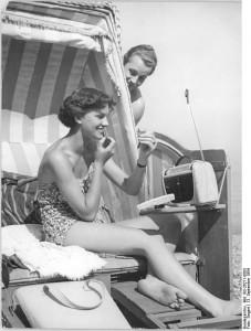 Strandleben mit Transistorradio in den 1950er Jahren